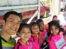 樋口さんと、ミャンマーの伝統的な化粧タナカをつけた子どもたち