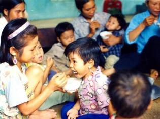 地元の食材を活用した栄養食を食べる子どもたち(Network for Action against Malnutrition提供)