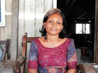 """""""アフリカのベネチア""""と呼ばれるガンビエでテーラーを営むセラ・メソーさん。モデルが着るようなドレスから子ども服まで幅広く手がける(ベナン・ガンビエで撮影)"""