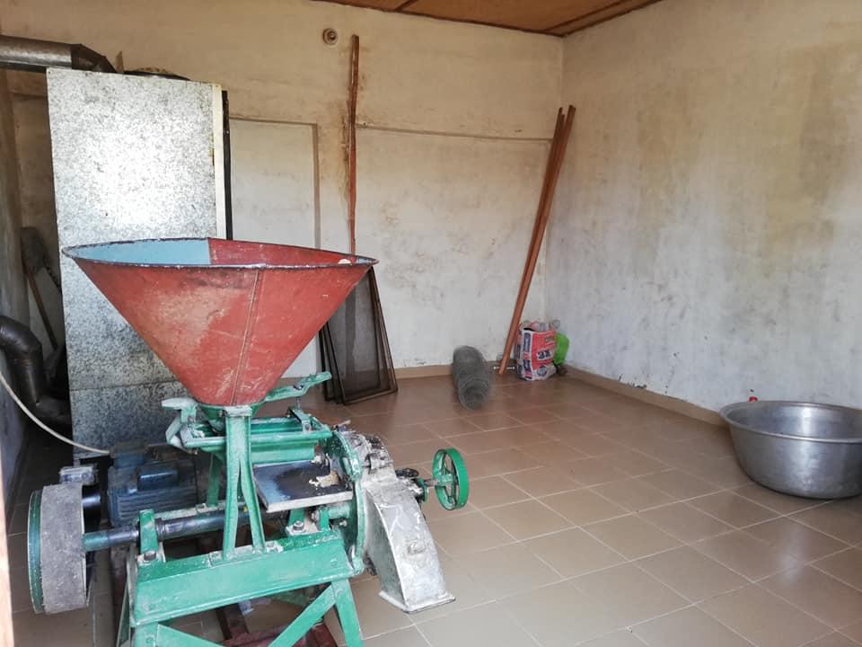 ベナン政府の資金で購入したプロセッサーの機械。粉にするところからパッケージまでの工程は、屋内で行われる