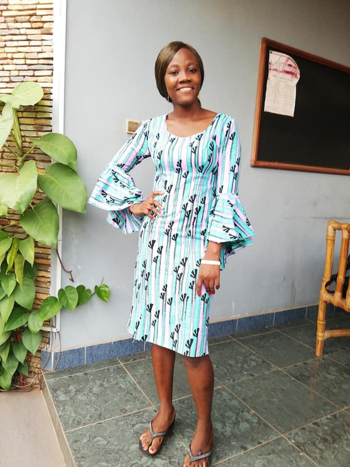 パーニュ(西アフリカの伝統布)でつくったドレス。若い女性の間ではボディーラインが見えるデザインが人気だ