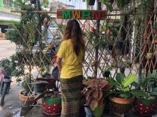 ミャンマー南東部のダウェイからタイ・マハチャイへ出稼ぎ中のアウンさん(仮名)。ミャンマーの伝統衣装「ロンジー」を着て、出稼ぎ労働者を支援するNGOマイグラント・ワーカー・ライツ・ネットワーク(MWRN)の事務所の前に立つ