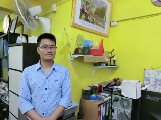 マイグラント・ワーカー・ライツ・ネットワークの事務所で、仕事の充実ぶりを語るミャンマー人スタッフのサイサイさん(サムットサコーン県マハチャイで撮影)