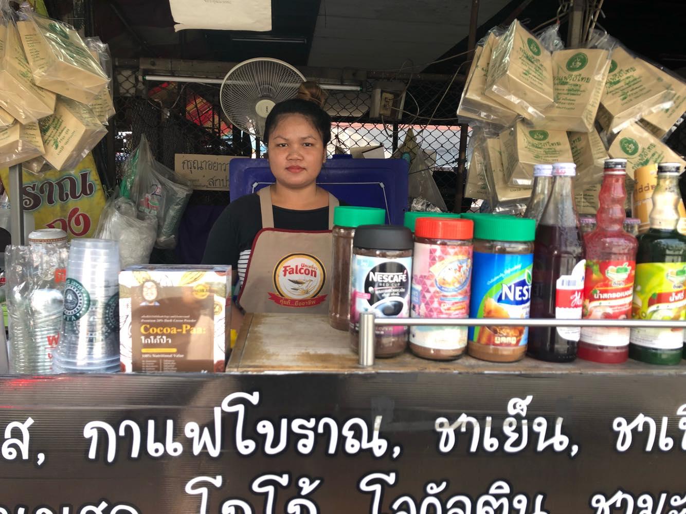BTSオンヌット駅前のマーケットのコーヒー屋でアルバイトをする女性。彼女のシフトは正午まで。午後には別のアルバイトが来る。1日中忙しいコーヒー屋の経営にシフト制はぴったり
