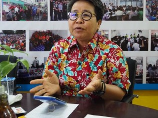マイグラント・ワーカー・ライツ・ネットワークの事務所で、ミャンマー人労働者に最低賃金を払う意義を熱く語るタイ人のスタシニ・ケオレックライさん(タイ・サムットサコーン県マハチャイ)