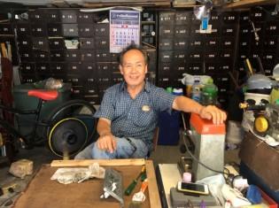 30年前からBTSプラカノン駅の近くの細い道沿いで小さな鍵屋を経営するサムポーン・サラッディーさん。店の場所を30年変えないため、昔からの顧客が多いという