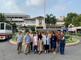 タイ・バンコク北部にある中央女子刑務所を訪問したganas記者団。後列右から3番目が、刑務所内の母親に絵本の読み聞かせ指導をするNGOブックス・フォー・チルドレンの創設者のひとりで代表のルワンサック・ピンプラッティーさん