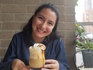 チャーミングな笑顔が印象的なケニア・スルバランさん。コロンビア・メデジン市内のカフェで撮影