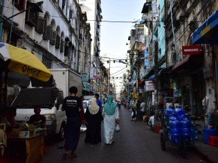 ミャンマー・ヤンゴンには個人経営の小さな店が立ち並ぶ