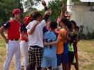 人生初めての野球の試合の前に円陣を組むドリームトレインの子どもたちと、それを見守るサムライズの日本人選手たち(ヤンゴンのチャイカサン球場で撮影)