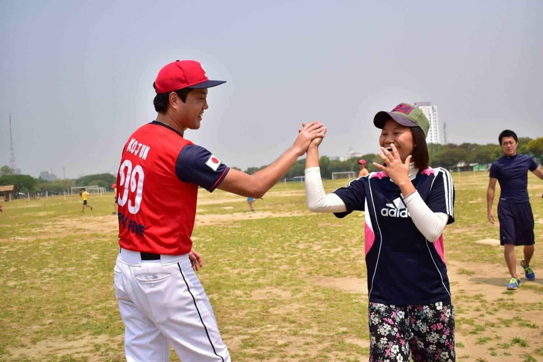 ドリームトレインの監督を務めたサムライズの中島洸潤さんは、守備や攻撃が終わって戻ってくる子どもたちをベンチで出迎えてハイタッチ