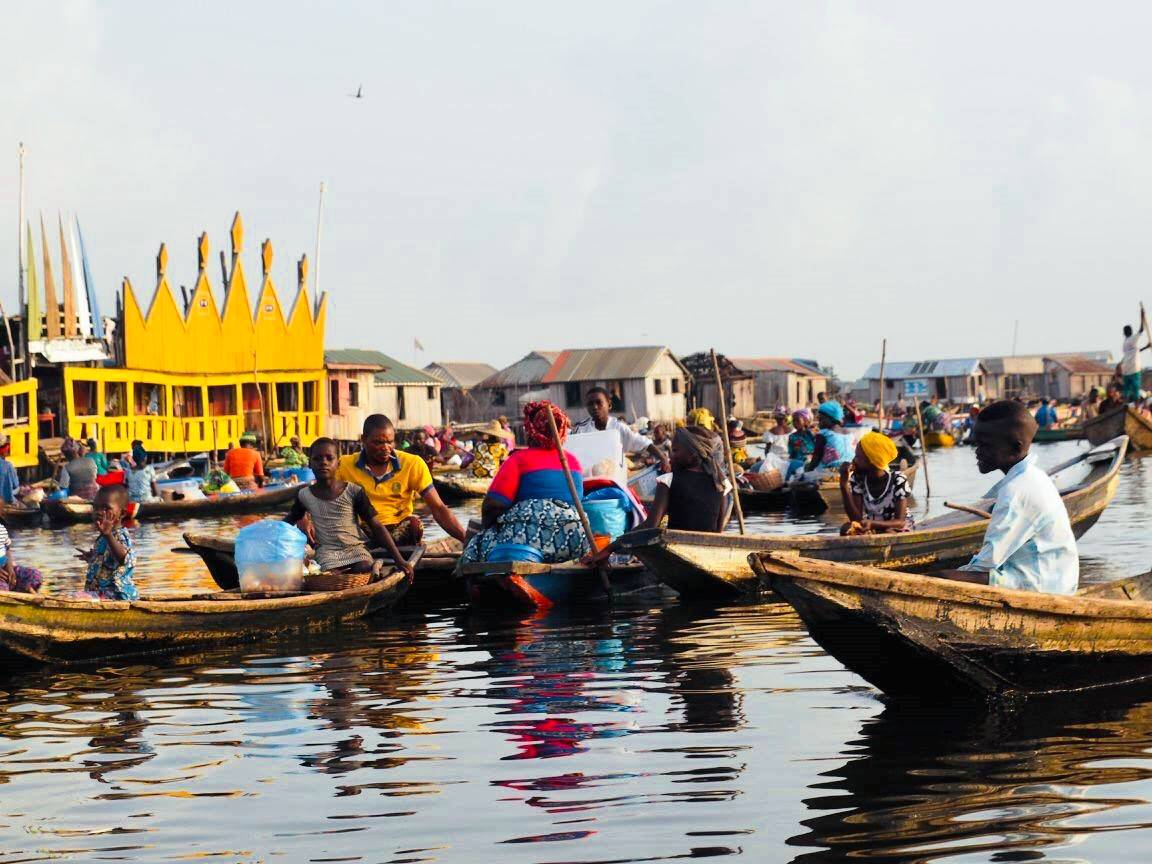 ガンビエの朝市。物を売るのは女性の役割。野菜やパン、生活用品を載せた船が集まり、朝から水上は賑やか