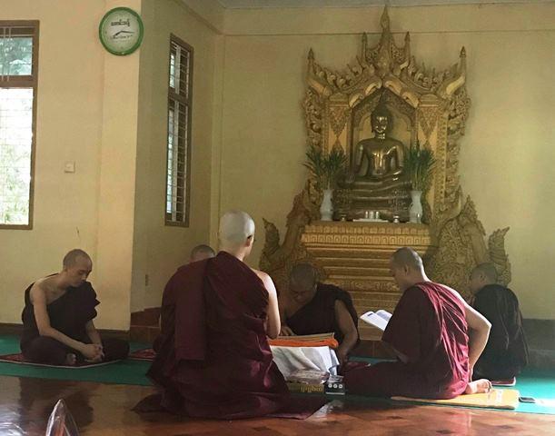 得度式は常駐の僧侶の前で行われる