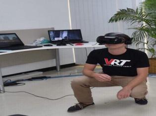 タイの赤十字国際委員会(ICRC)にある「VRユニット」で、VRを使った訓練を受ける職員が、国内避難民キャンプでの爆撃をかわすために身をかがめているところ