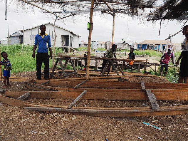 ドスさんの舟をつくる工房。簡素な造り
