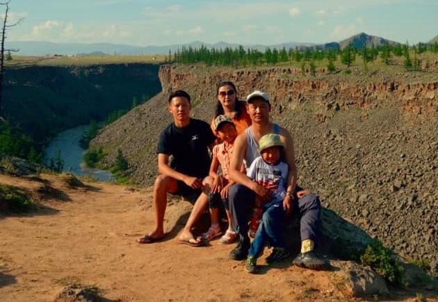 ビャンバドルジ・ブヤントゴトホさん(左端)と家族。モンゴル中部のウブルハンガイで撮影