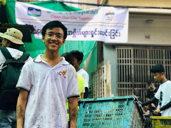 ヤンゴンの裏道の清掃活動に参加したアウンカウンテさん。「きれいになると嬉しい」と笑顔を浮かべる(アウンカウンテさん提供)