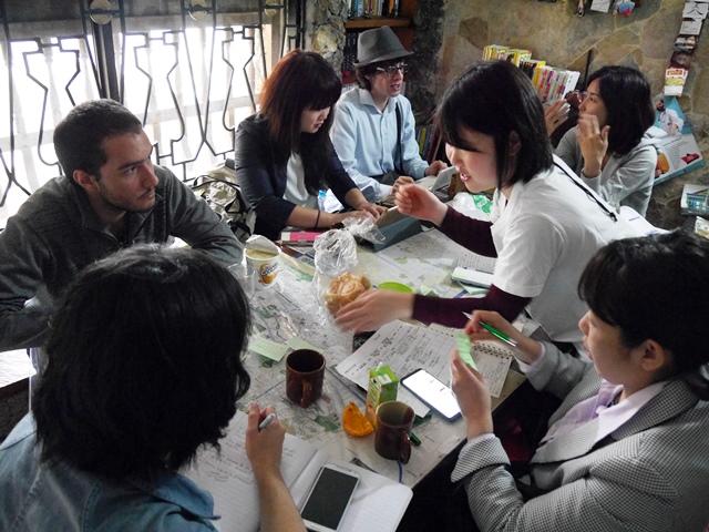 取材の前に、通訳のコロンビア人と打ち合わせする参加者ら。どんなことを知りたいのか、どんなふうに質問するかを共有しておくと取材はスムースになりやすい