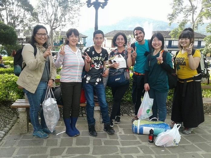 取材が終わった後に、参加者と通訳のみんなで記念撮影。ほぼ毎日一緒に取材するので、友情が自然に芽生える
