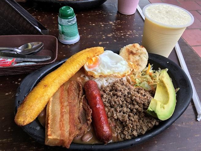 メデジンの名物料理「バンデハパイサ」。このボリュームが魅力。コロンビア料理は癖がなく食べやすい
