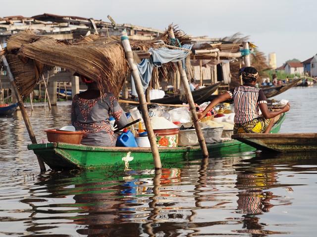 """ガンビエの住民。""""アフリカのベネチア""""といわれる。ベナン最大の都市コトヌーからほど近い"""