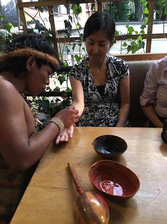 先住民にタトゥーをしてもらっている参加者。模様には意味がある