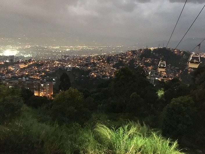 メデジンの夜景。「いままで見た中で一番きれい」と興奮する参加者も。だが光の源は貧困層の家々