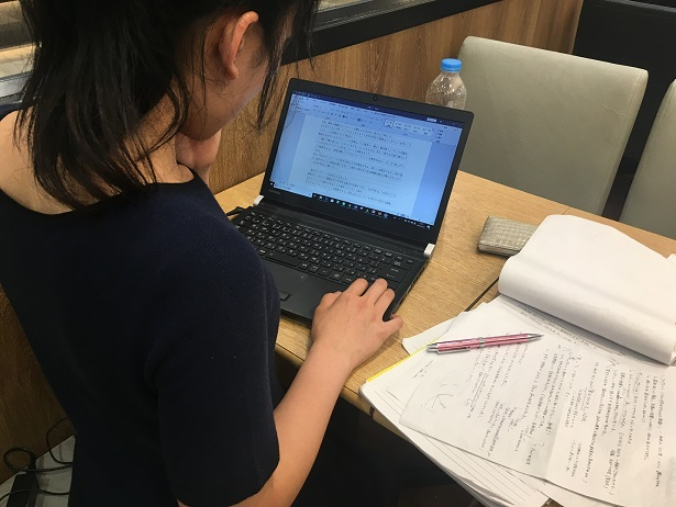 """集中して記事を書く参加者。記事を書くプロセスは、伝えたいこと&切り口を決めるといった""""大きな作業""""に始まり、最後は一言一句を正確に書くという""""細かい作業""""に終わる"""