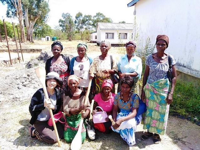 スピルリナを作る女性グループのメンバーたち。手に持っているのはスピルリナをかき混ぜるシャモジ(写真提供:アライアンス・フォーラム財団)
