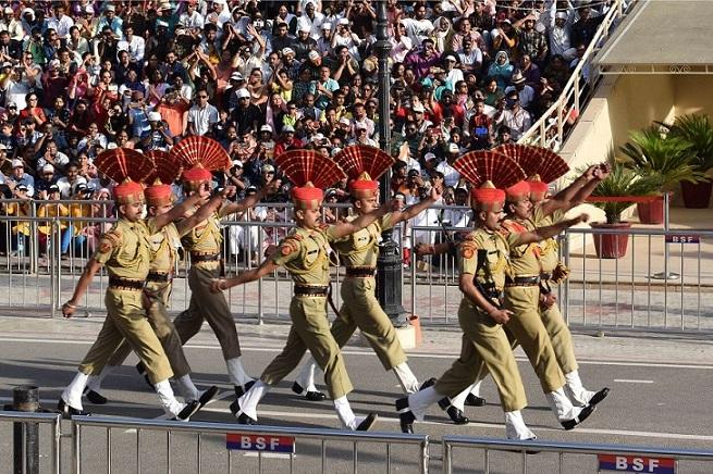 腕を高く上げ、足を揃えて行進をするインドの国境警備隊。このままパキスタン国境ぎりぎりのところまで進む