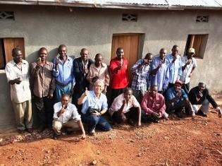 ルワンダ大虐殺の被害者の女性の家を建てた元受刑者と佐々木教授(前列左から2人目)。「佐々木さんを支援する会」提供