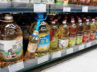 中国上海のスーパーで売られる大きなボトルの食用油。これらは地溝油ではない。上海で生活していても地溝油を地溝油として実際に見かけることはない