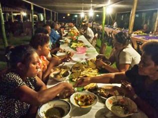 フィジー人の村の晩餐会で夕食をシェアする町役場の同僚たち。レストランに行って一人一皿頼んでも、最後は結局みんなで分け合っている