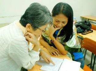 新日系人の子どもをもつ母親の一人(右)と日本語を指導する教師(左)。この日は日本語教室の卒業式に備えて、日本語で手紙を書いていた