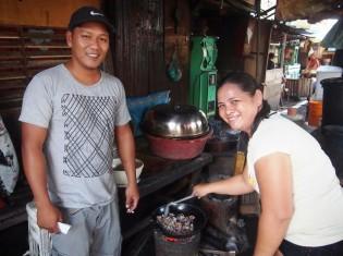 食堂屋店主ディノさん(左)と奥さん(右)。会話を楽しみながら仕事をしていた