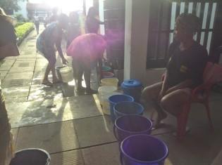 貯水タンクから水をくむガーナ大学の寮生たち。行列ができる