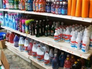 生活用品店にはたくさんの種類の洗剤が並ぶ