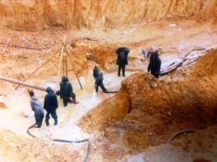 セントラル州ドゥンクワで中国人が違法採掘をする様子(筆者の知人が撮影)