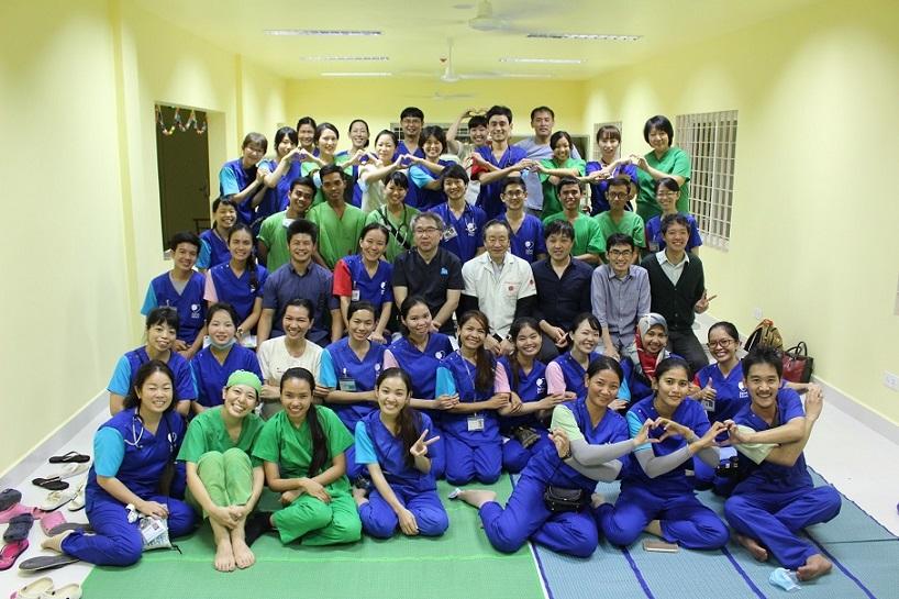 ジャパンハート子ども医療センターのスタッフと吉岡さん(写真中央)