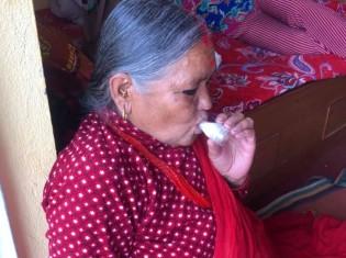 レンガ工場の近くに長年住む50代の女性。4年前から喘息の吸入薬が手放せなくなり、2週間に1回の通院も必要になった