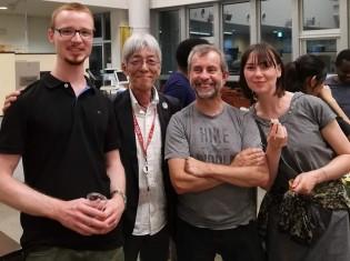 ドイツのミュンスター大学生命情報科学分野の研究者と源不二彦さん(左から2人目)