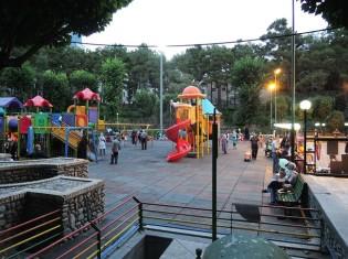 夕方は家族づれにとってくつろぎの場となるテヘラン市内の公園。近くのイスラム寺院が流すアザーンも聞こえる