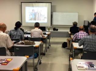 0807西森さん、報道写真家 吉田尚弘さん(前方右端)