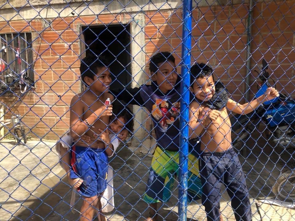 左から順にモイセスくん(9歳)、妹のソフィアちゃん(6歳)、近所に住むファンホセくん(7歳)。将来の夢を聞くと、ソフィアちゃんはバレリーナ、ファンホセくんはサッカー選手と答える(コロンビア・メデジンのアヒサル地区)