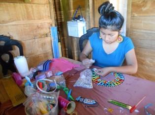 家の作業場で女性用のネックレスを作るソレ・ニアサさん(コロンビアの先住民保護区「カルマタルア」で撮影)