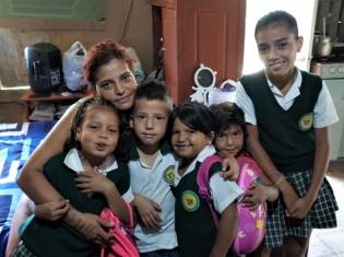コロンビア・メデジンに逃れてきたナタリア・セプルベダさん一家。1部屋で5人の子どもと一緒に暮らす