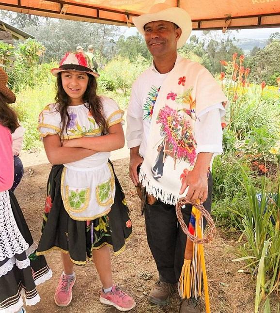 メデジン郊外のピエドラ・ゴルダで花農家を営むレオン・ガスシアさん(右)。子どもたちと一緒に花を育てることで、花への愛情を育もうと努力している。左は、姪のカレン・サパタさん。外国語を勉強して旅行者をパレードに案内したいと語る