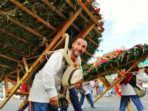 パレードでシジェタを運ぶシジェテロ。80~100キロの重さのシジェタを担いで歩く