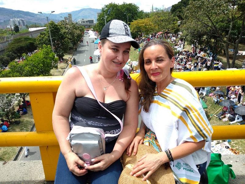 メデジンの小学校の教師であるファニー・サラサルさん(右)。家族で花祭りパレードを見に来た。学校では、花を含めたコロンビア文化の大切さを子どもたちに教える