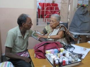 3)パルチュトゥリ女医。患者はみんな長年の顔見知りなので、長い問診もなくすぐに診療が始まる。血圧計は古いタイプの手動式